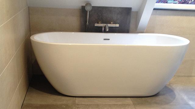 Tegelwerk in badkamer met vrijstaand bad in Emst