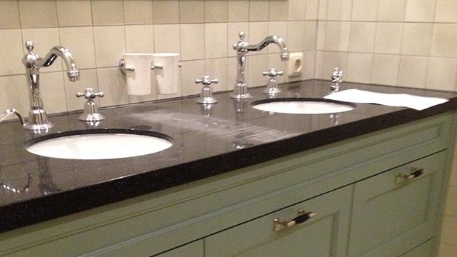 Tegelwerk met portugese tegels in badkamer in Harderwijk